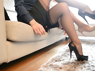 HOT SEXY SECRETARY LOOKING AT TRIBUTES FF NYLONS
