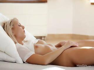 Sexy amateur babe masturbating